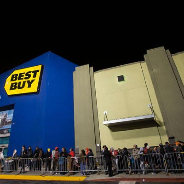 Establecimientos minoristas como Macy's y Best Buy siguieron la tradición de apertura de tiendas y esperan buenos ingresos durante este fin de semana.