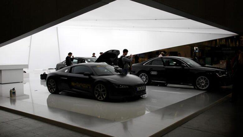 Fotógrafos recorren el 'stand' de Audi con una nueva versión de su modelo Spyder.