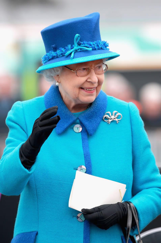 Su majestad sonrió a todas las personas que estaban ahí para saludarla.