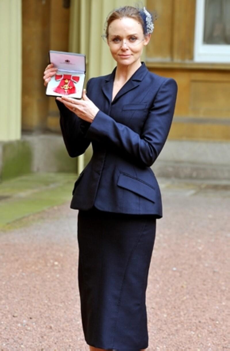 Después de que le fuera entregada por manos de la Reina, la importante Orden del Imperio Británico por su trayectoria en la moda, la diseñadora dijo que estaría feliz de hacer ropa para ella.