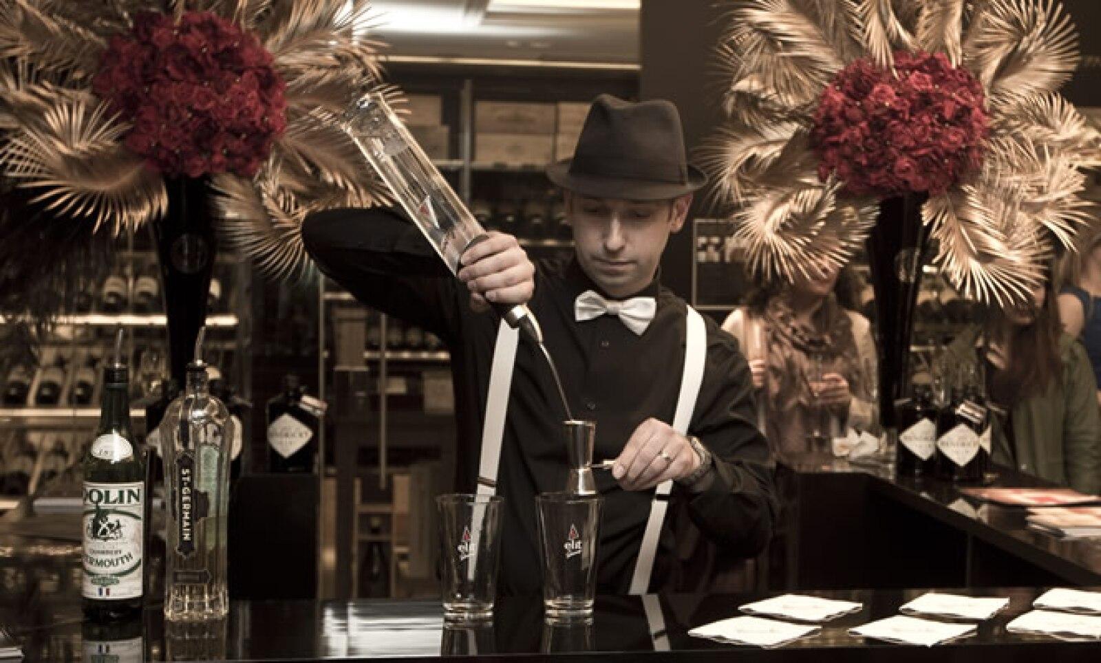 Se trata de la cuarta adaptación de la célebre novela de F. Scott Fitzgerald. Un barman prepara cocteles en el Harrods Tasting Room.