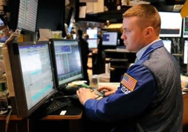 Los mercados accionarios de EU cerraron la jornada del lunes de manera estable. (Foto: AP)