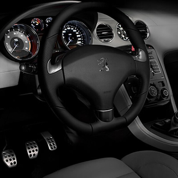 Al interior encontramos un panel táctil con GPS, calefacción automatizada, estéreo JBL, bluetooth, entradas USB para 'gadgets' como el iPod, entre otros.