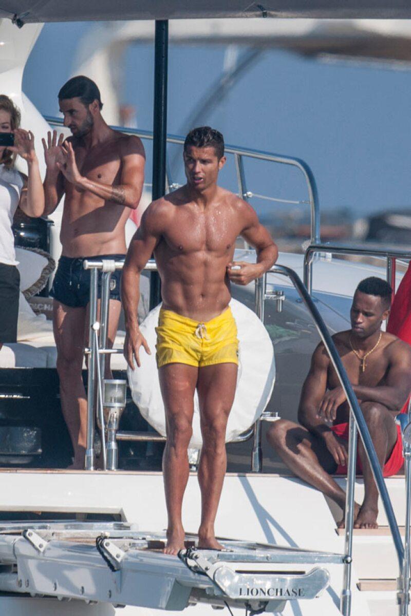 Con visera y mini shorts entallados, Cristiano dejó ver sus bronceados flat abs.