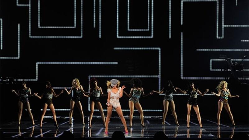 Como parte de un concurso, se seleccionarán 50 fotos de las mejores fans de la cantante para que suban al escenario a presentarla en su show de medio tiempo.