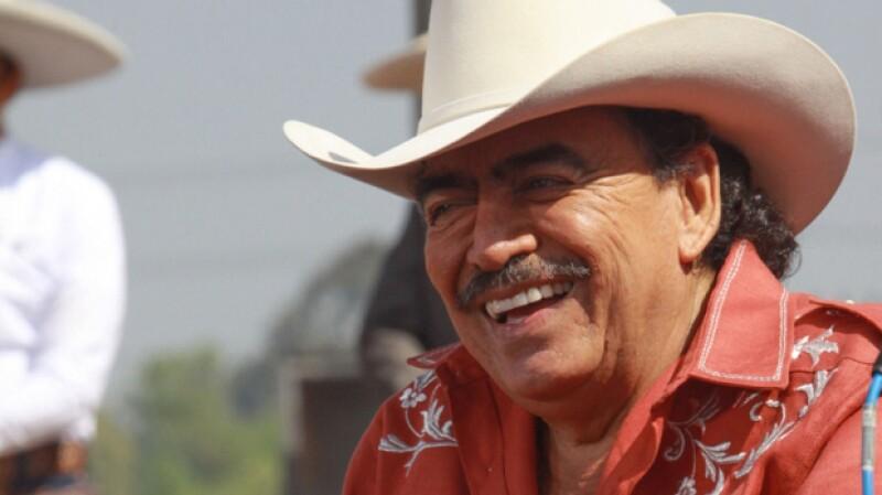 """Le llamaban el """"rey del Jaripeo"""" y sin duda fue uno de los cantantes populares más queridos de México. Aquí la historia de su vida."""