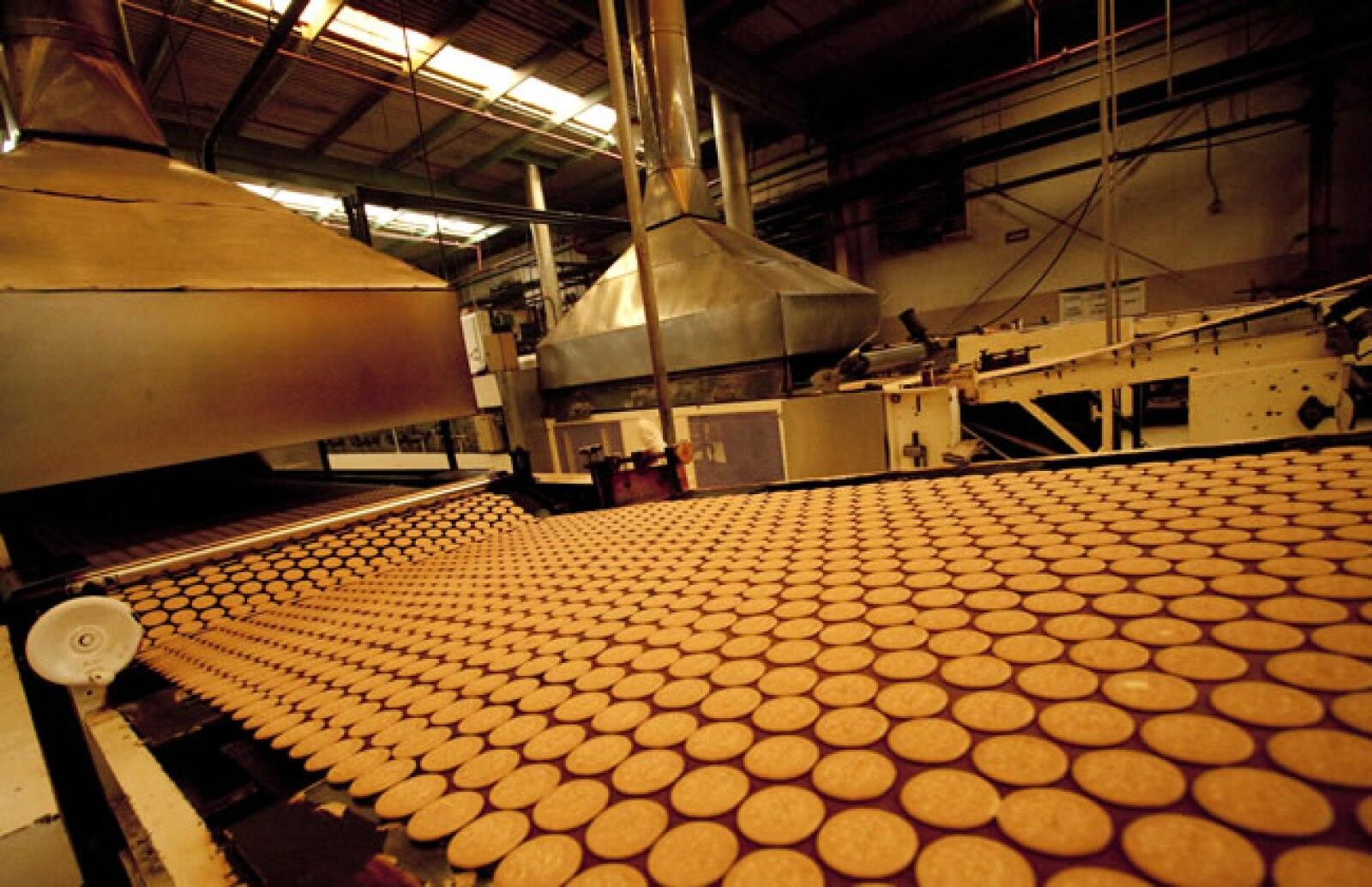 Las galletas corren en una banda que se dirige al horno a una temperatura de entre 120� y 150�