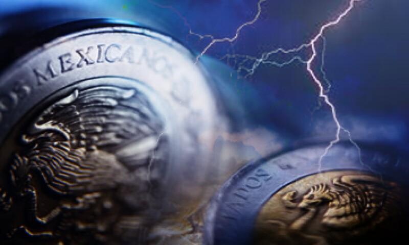 El peso se ve amenazado por diversos factores que podrían llevarlo a cotizar en 15 unidades por dólar, según especialistas. (Foto: Especial)