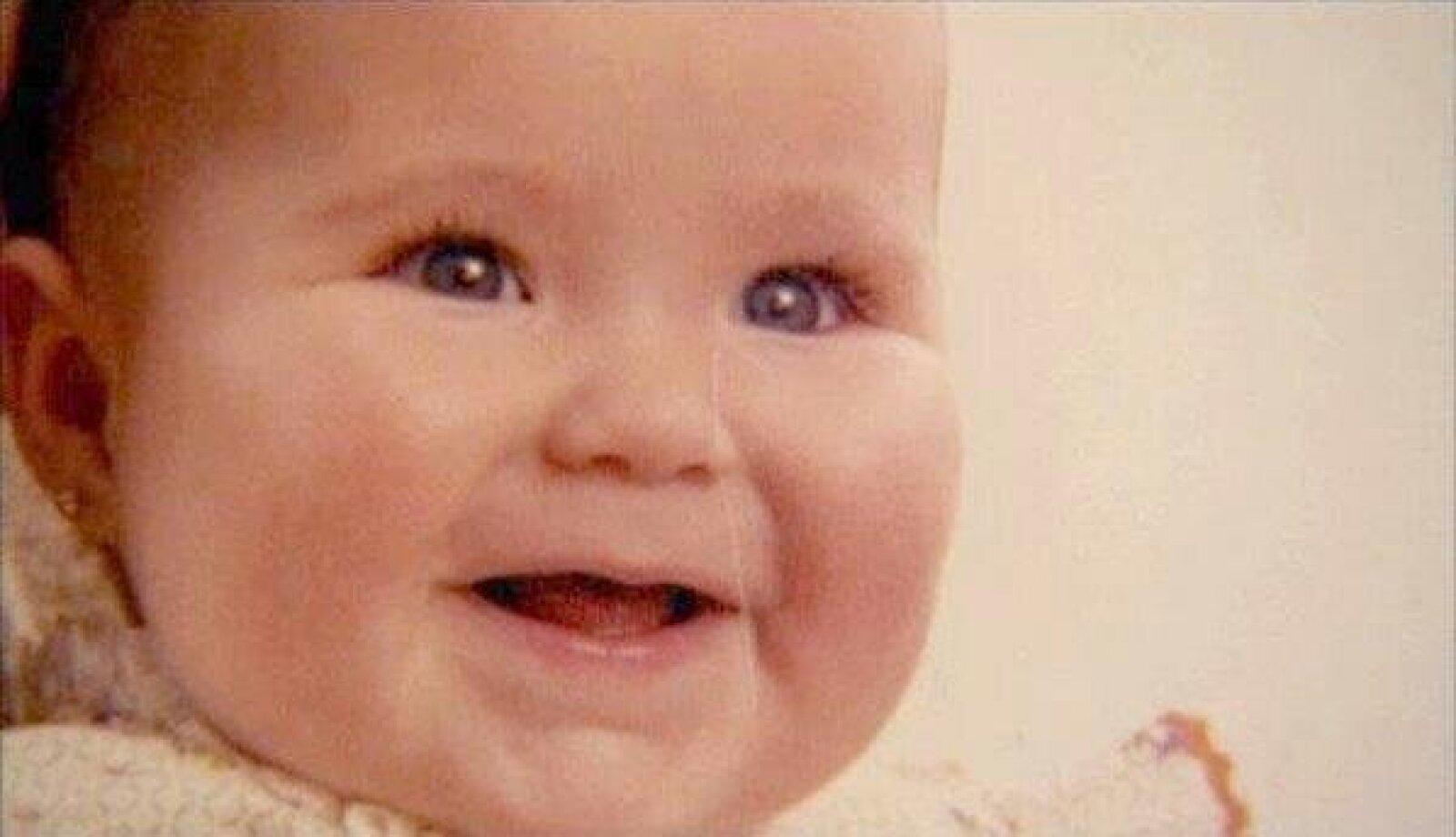 Esta encantadora rubia es Anahí. Desde su cuenta de Twitter la cantante deseó un feliz día.