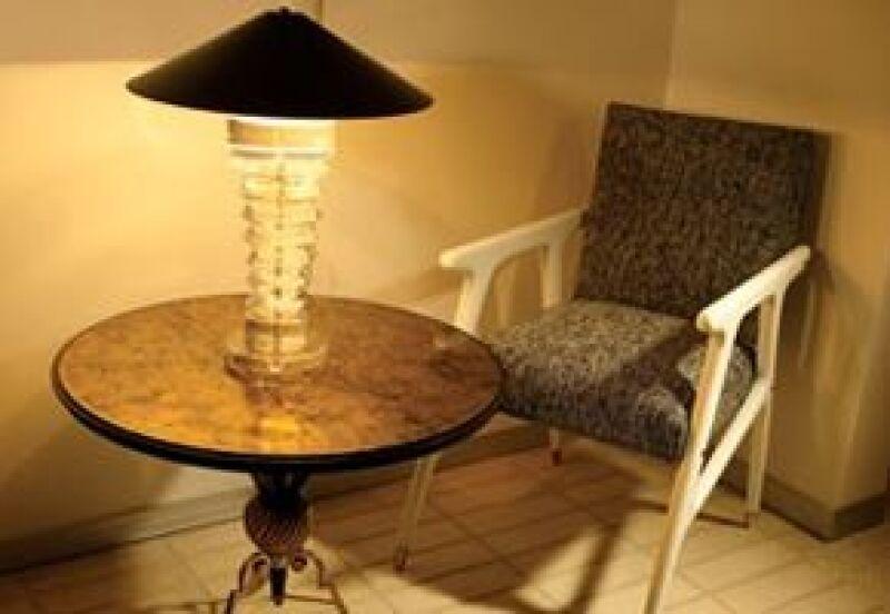 Su especialidad es la restauración de muebles antiguos.