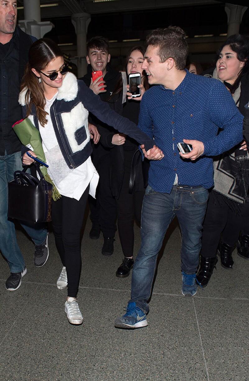 El fanático se mostró muy emocionado tras conocer a Selena, tanto que no la soltaba.