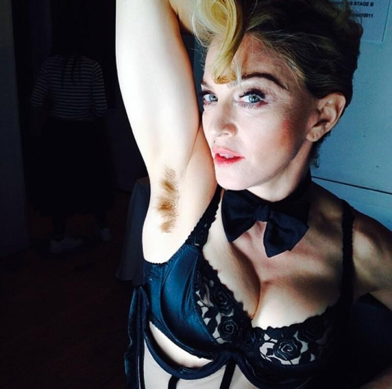 La cantante compartió una foto en su cuenta de Instagram donde aparece mostrando su axila supuestamente, al natural.