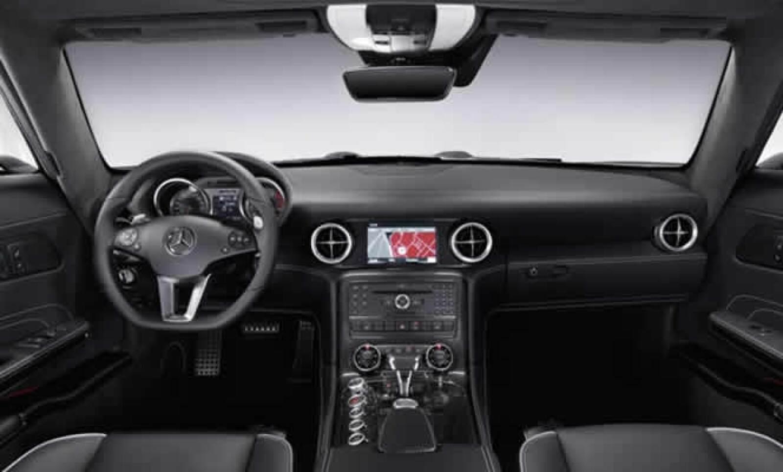 La ingeniería de la aviación proporcionó la inspiración de los diseńadores para realizar el interior del vehículo.