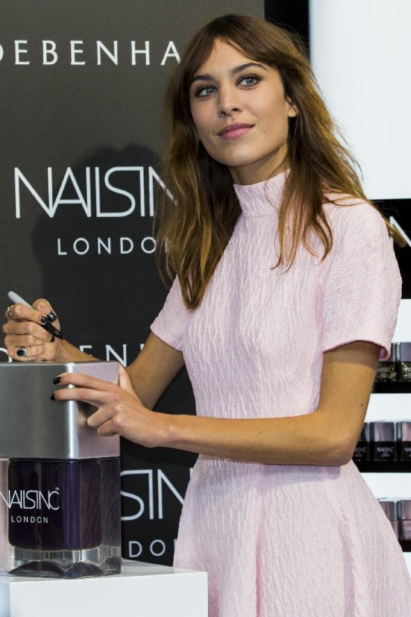 Alexa Chung decidió lanzar su propia línea de esmaltes junto con Nail Inc. por su gusto por la decoración de uñas.