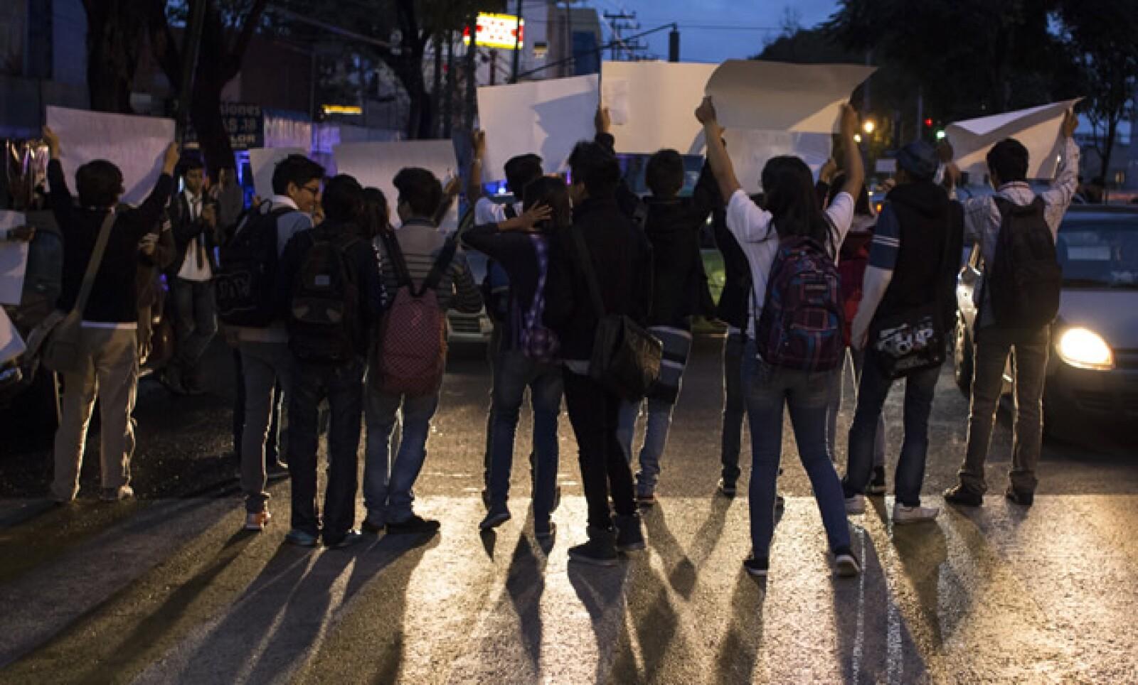 Por la mañana, los alumnos de la vocacional 13 mostraban carteles sobre sus demandas a los automovilsitas mientras estaba la luz roja del semáforo.