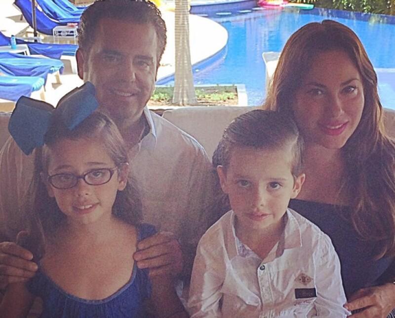 Jorge Velarde y Alejandra Elizondo acompañados de sus hijos.