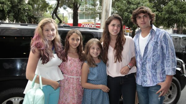 Sus hermanos: Fernanda Castro, una amiga, Regina Castro, Nicole Peña y Alejandro Peña.