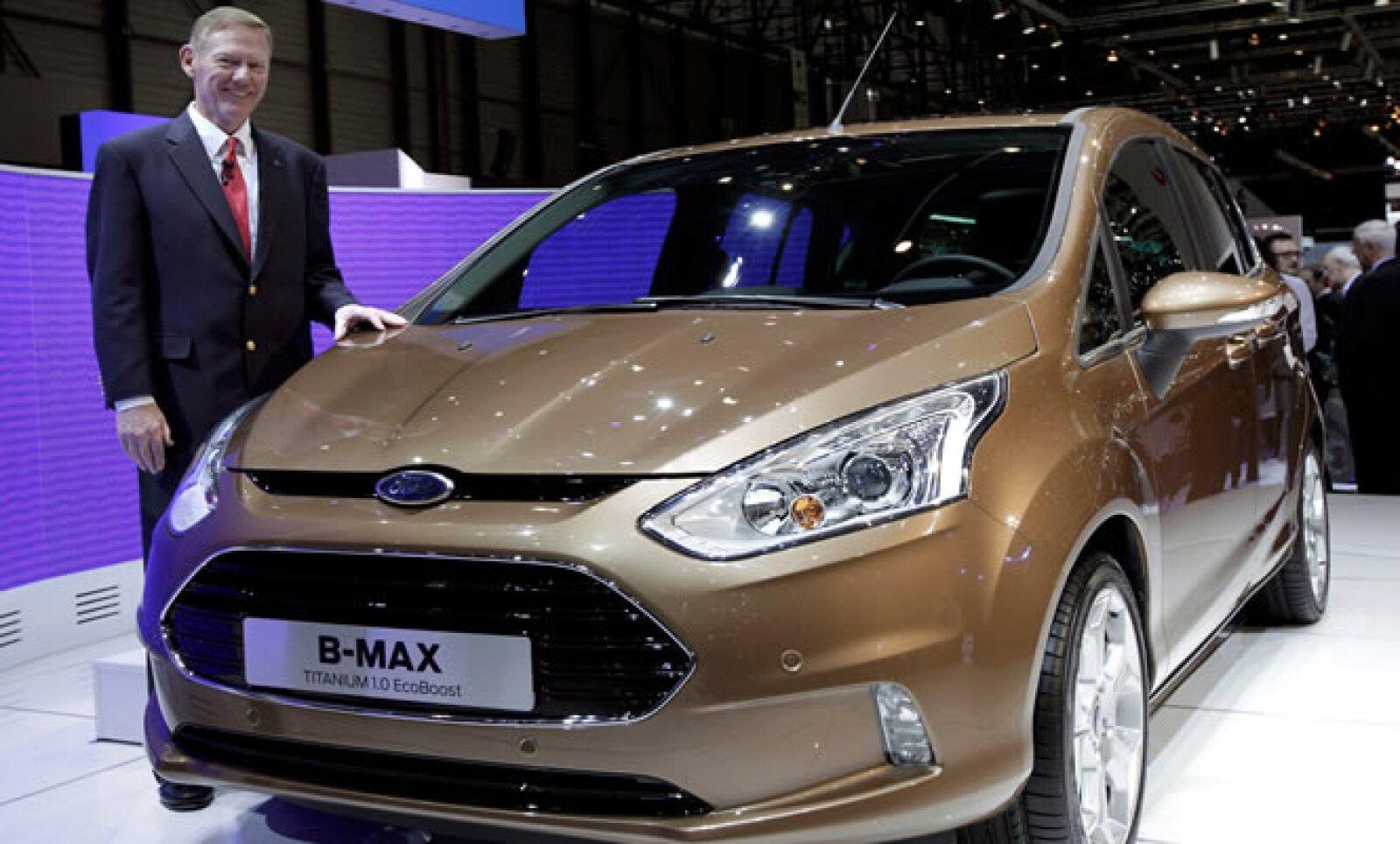 Allan Mulally, CEO y presidente de Ford Motor muestra el modelo B-Max durante el Auto Show de Ginebra. El evento ya está abierto para la prensa pero estará disponible al público del 8 al 18 de marzo.