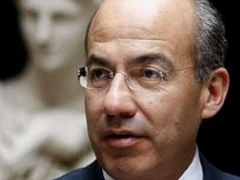 Felipe Calderón dijo que los recursos servirían para respaldar las reservas de Banxico.  (Foto: Reuters)