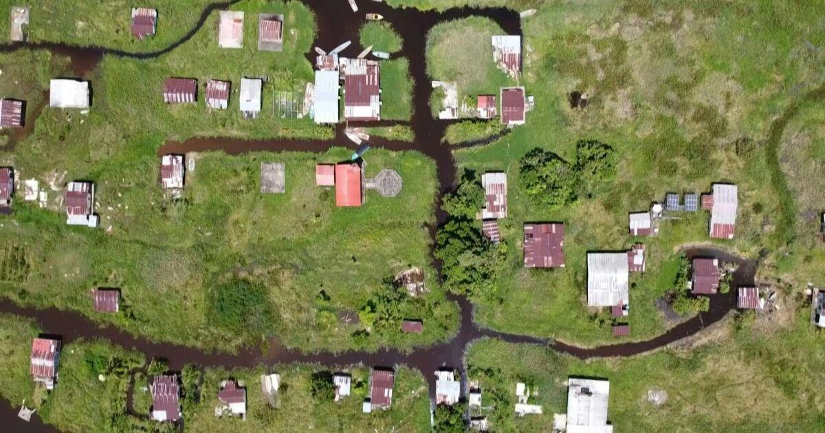 Este pueblo flotante de Venezuela queda ahogado en el lodo
