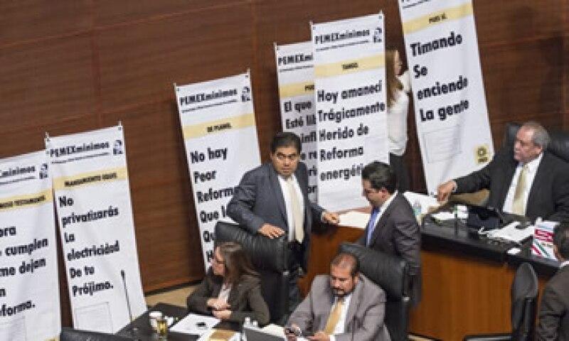 Senadores del PRD sacaron pancartas en contra de las leyes energéticas. (Foto: Cuartoscuro)