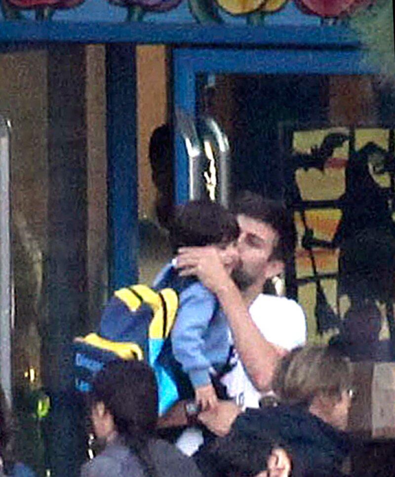 ¡Qué tiernos! El futbolista besa amorosamente a su pequeño.