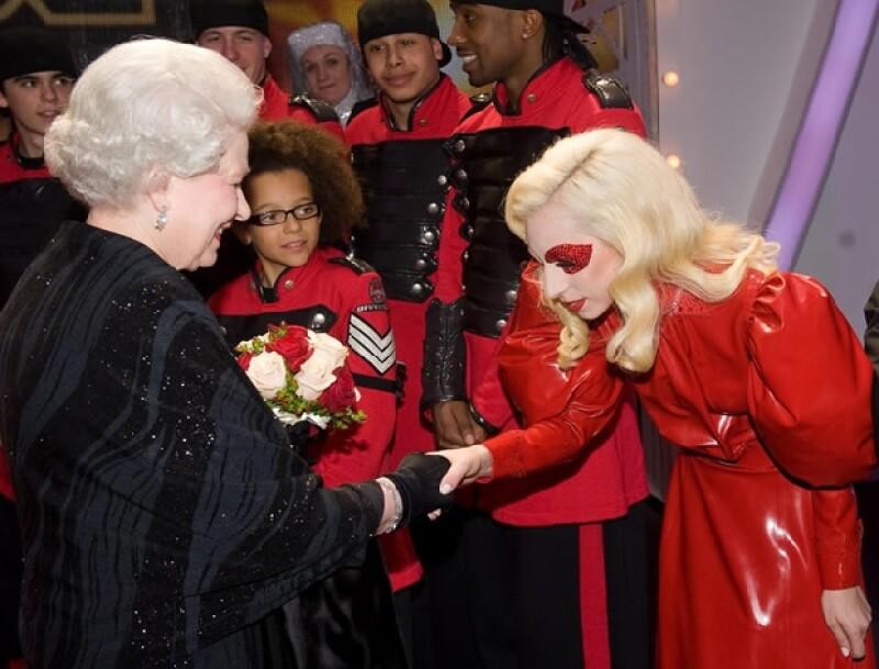 La excéntrica cantante tuvo la oportunidad de conocer a la reina de Inglaterra antes de cantar en la gala Royal Variety Performance, al saludarla hizo una gran reverencia ante ella.