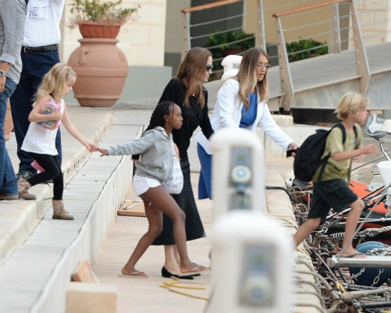 Angelina Jolie no perdía de vista a sus hijos al momento de abordar el yate.