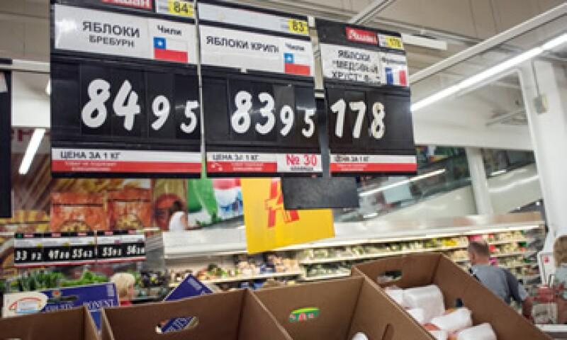 Alimentos como el azúcar y huevo han subido hasta 50% ante la caída de los petroprecios y las sanciones a Rusia. (Foto: AFP )