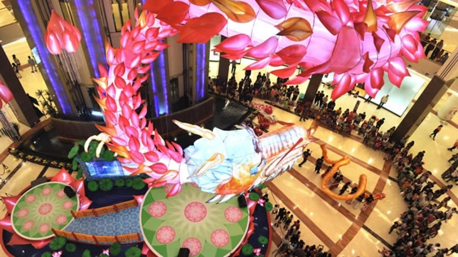 un dragon gigante en un centro comercial en indonesia