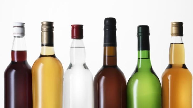 botellas de colores y alcohol