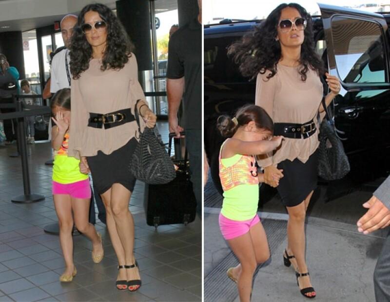 Salma y Valentina llegando al aeropuerto de Los Ángeles.