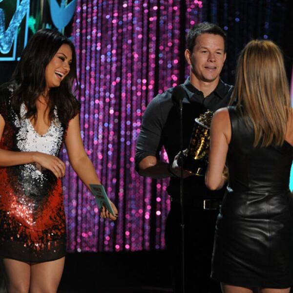 Mila Kunis y Mark Wahlberg le entregan a Jennifer Aniston el premio a Mejor Villana..