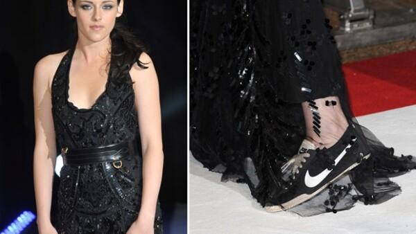 La empresa de calzado desea tener en su lista de promotores a la joven actriz, esto porque en diversos eventos de gala aparece usando tenis.