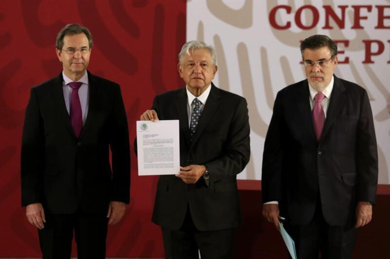 Conferencia. El presidente López Obrador estuvo acompañado del secretario de Educación, Esteban Moctezuma, y el consejero jurídico, Julio Scherer.