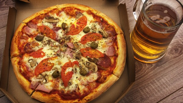 Pizza y chela.