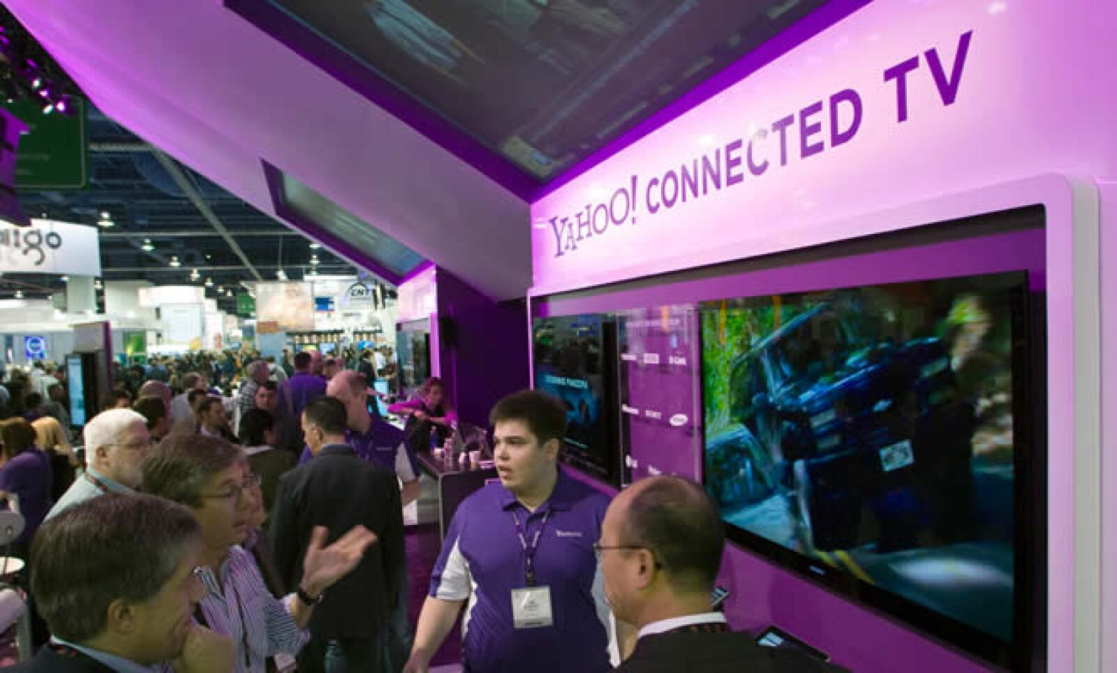 Un ejecutivo de Yahoo hace una demostración del Yahoo Connected TV, un producto que permite conectar la televisión con Internet.