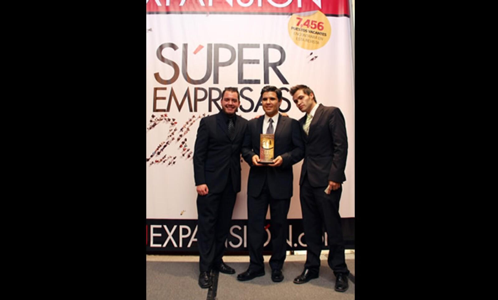 Trabajar en una Súper Empresa es un orgullo que los premiados no pueden ocultar... ni en la foto
