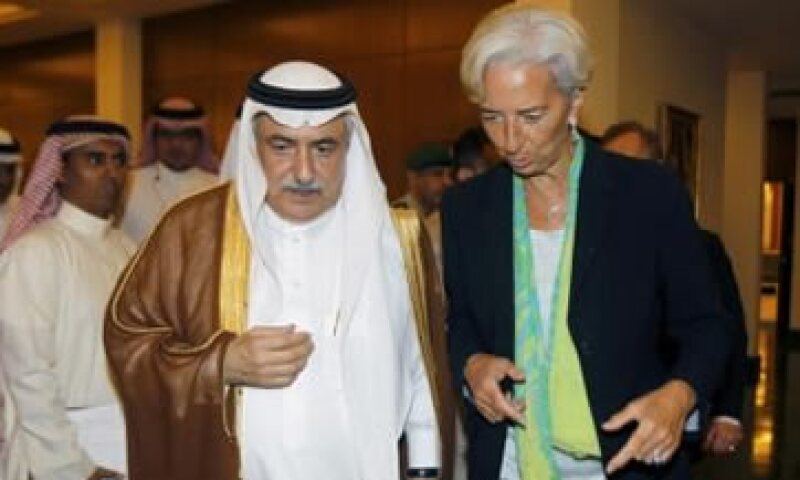 Christine Lagarde platica con su homólogo de Arabia Saudita (i) después de una conferencia de prensa. (Foto: Reuters)