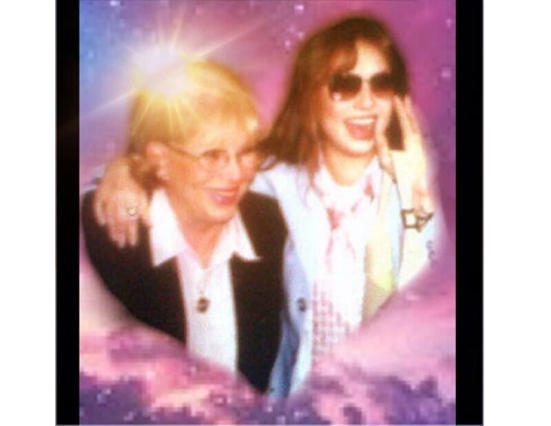 La cantante subió el jueves una imagen en Twitter de ella y su madre, Yolanda Miranda, quien falleció el 27 de mayo de 2011. En la instantánea se les puede ver muy unidas y sonrientes.