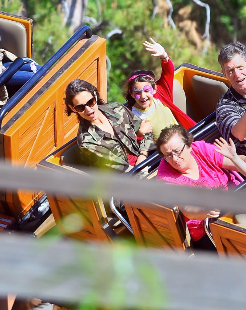 No todo fue mal humor para Suri en Disney, y es que en esta imagen se ve muy feliz con su papá a bordo de un roller coaster.