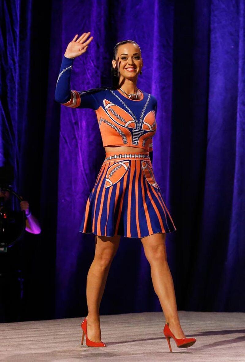 La cantante llegó muy bien preparada para la conferencia de prensa del Super Bowl.