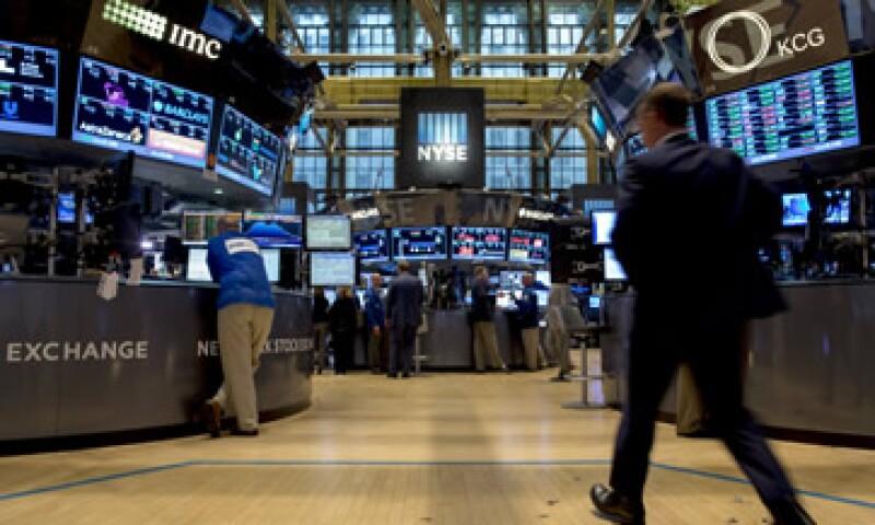 Trabajadores en la bolsa de Nueva York que cerró con números positivos este martes (Foto: Reuters)