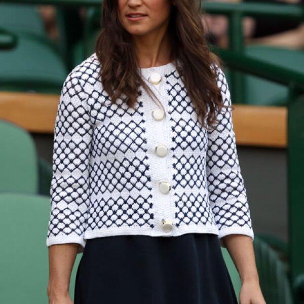 Para el partido entre Serena Williams contra Melinda Czink usó un vestido azul marino con un saco de crochet blanco y azul.