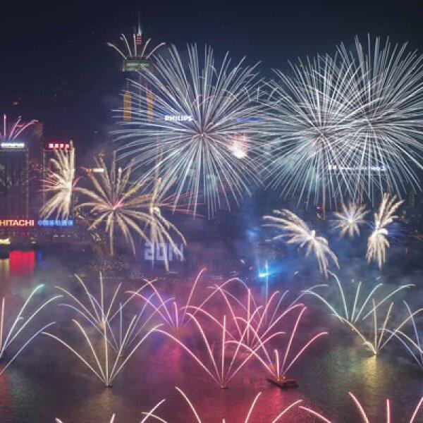 Los fuegos artificiales sobre el puerto de Victoria y el Centro de Convenciones y Exposiciones fueron parte de la celebración.