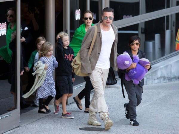 Brad Pitt, Angelina y sus hijos saliendo del Aeropuerto Internacional de los Ángeles el año pasado.