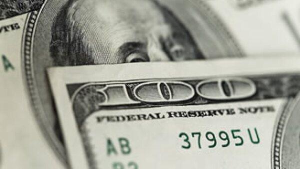 El dólar logró estabilizarse frente al peso en la jornada del viernes. (Archivo)