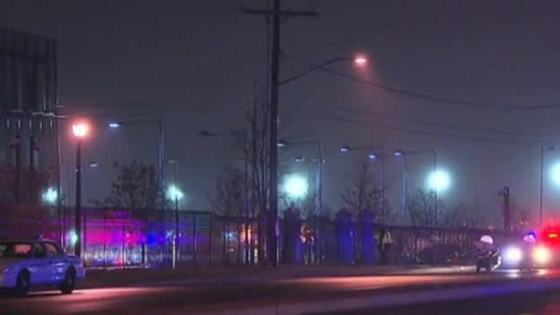 Policías resguardan el lugar de un accidente automovilístico en el que se registró un tiroteo