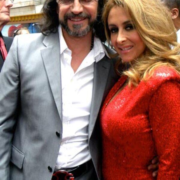 Marco Antonio Solís y su esposa posan para Quién de México.