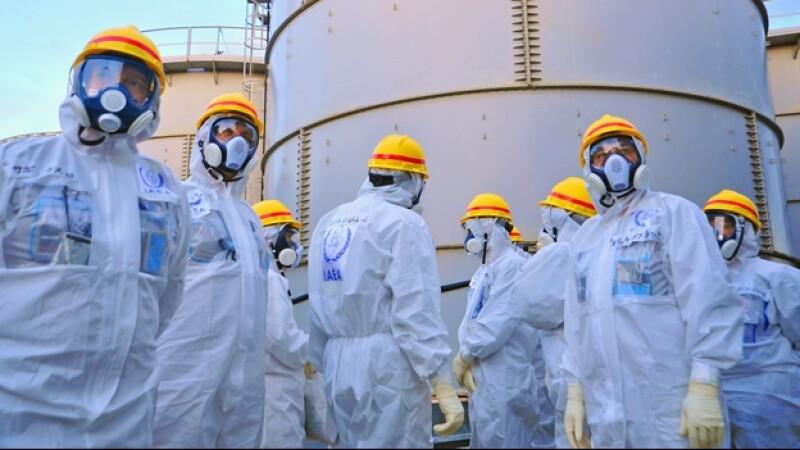 Un grupo de inspectores en Japón revisan los alrededor de la Planta de Poder Nuclear